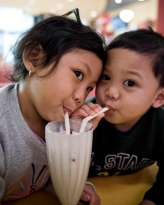 Children_sharing_a_milkshake